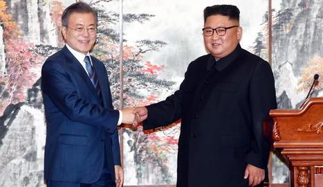 Kim Jong-un (d) dóna la mà al president sud-coreà, Moon Jae-in (e).