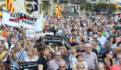 Milers de persones es reuneixen davant la seu d'Economia en l'aniversari del 20S