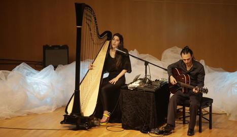 L'arpista Berta Puigdemasa i el guitarrista Ivan Gràcia van posar el fermall musical a la presentació.