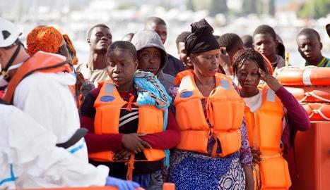 Efectius de la Creu Roja atenent a Motril diversos immigrants.