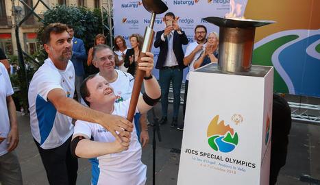 Albert Hermoso, segon per l'esquerra, va ser un dels primers rellevistes de la flama dels Jocs Special Olympics.