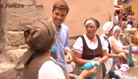 Joan Cama entrevista unes figurants de la festa de l'Harpia.