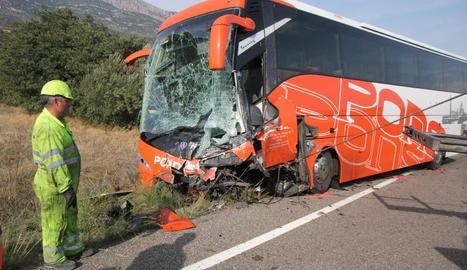 Estat en què van quedar l'autocar i la furgoneta després de la brutal col·lisió.