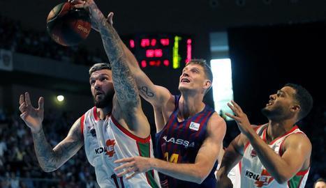 Artem Pustovyi disputa una pilota amb Matt Janning, del Baskonia.