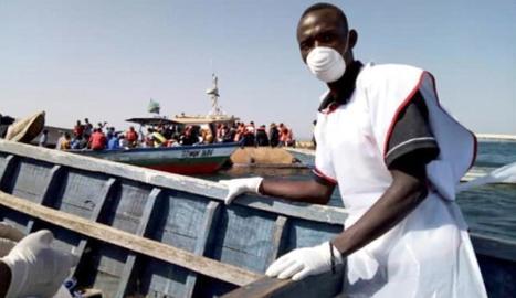 Voluntaris de la Creu Roja tanzana participen en les tasques de rescat al llac Victòria.