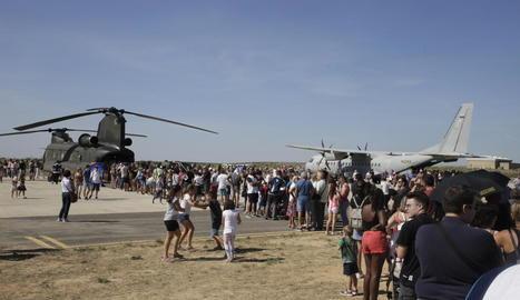 Centenars de persones van fer cua al matí per veure de prop els avions i conèixer els pilots.