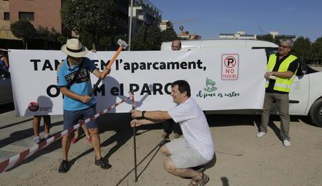 Els veïns que ahir van clausurar simbòlicament el solar d'Alcalde Pujol que funciona com a pàrquing.