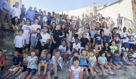 Imatge dels nens i nenes nascuts amb la Fira de l'Ametlla, ahir, al costat de l'escultura.