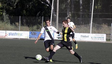 Un jugador del Pardinyes B controla la pilota davant d'un jugador de l'EF Tremp.