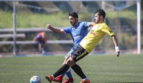 Un jugador del Vista Alegre rebutja davant d'un del Mollerussa que intentava controlar la pilota.