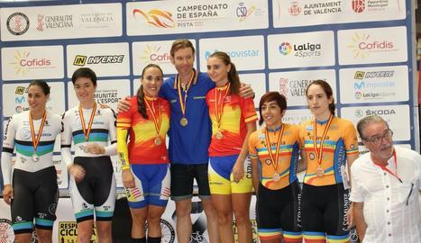 Maria Banlles, tercera per la dreta, a dalt de tot del podi de la prova de velocitat per equips.