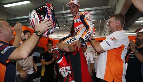 L'equip de Marc Màrquez manteja el pilot de Cervera al seu box després d'aconseguir una impressionant victòria al Gran Premi d'Aragó.