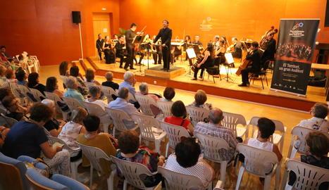 L'Orquestra Julià Carbonell, dirigida per Alfons Reverté, ahir al Centre Cívic de Balàfia.