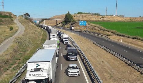 L'accident del camió provoca retencions a l'autovia.