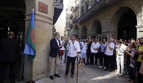 Despleguen als porxos de la Paeria una placa en record de les víctimes gitanes de la Gran Batuda