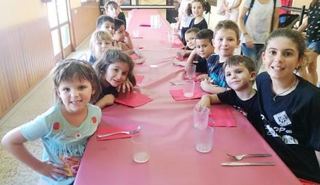 Els nens i nens de l'equip, preparats per dinar.