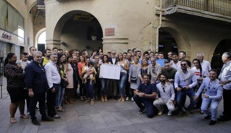 Membres de la plataforma del poble gitano de Lleida, amb Larrosa i representants polítics, amb la placa d'homenatge.