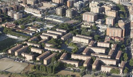 Imatge aèria de blocs de pisos socials al barri de la Mariola.