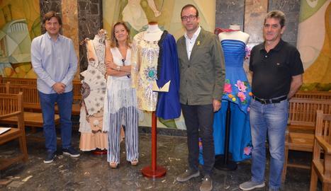 L'alcalde, acompanyat del regidor de Cultura, el coordinador de l'àrea i Carme Polo, responsable del Concurs de Vestits de Paper.