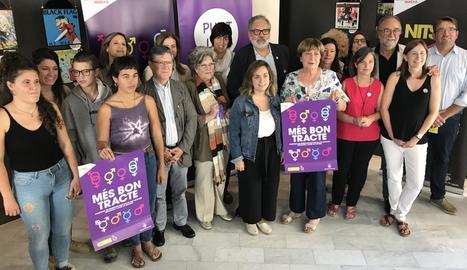 Ajuntament, entitats i empreses - La campanya de l'ajuntament, que l'any passat va acollir una vintena de dones víctimes de la violència masclista (amb 14 menors) i en va atendre 85 més, compta amb la col·laboració d'entitats socials aix ...