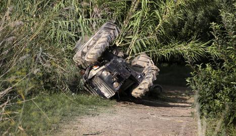 Imatge del tractor bolcat ahir a la finca de la partida Camp-rodó, entre Torrefarrera i Lleida.