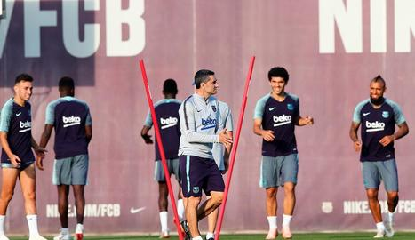 Ernesto Valverde, durant l'entrenament d'ahir del Barça.