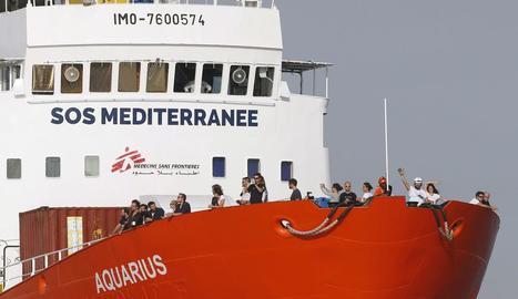 Vaixell humanitari de SOS Méditerranée i Metges Sense Fronteres.
