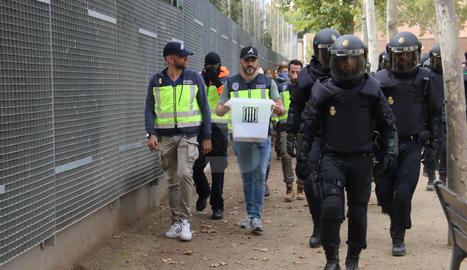 La Policia s'emporta les urnes a l'IES Ronda