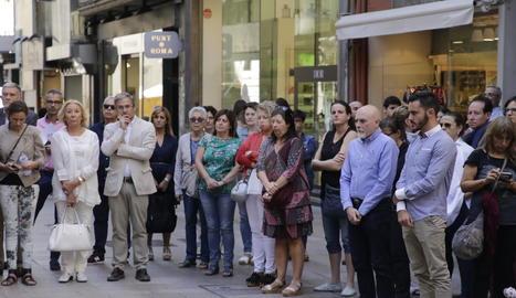 Una imatge del minut de silenci contra la violència masclista convocat a la plaça Paeria.