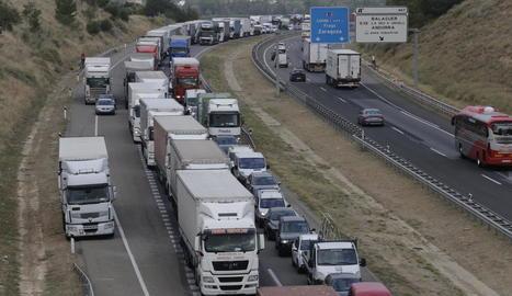 Vista de les retencions registrades ahir a l'A-2 arran de la col·lisió entre un camió i un turisme.