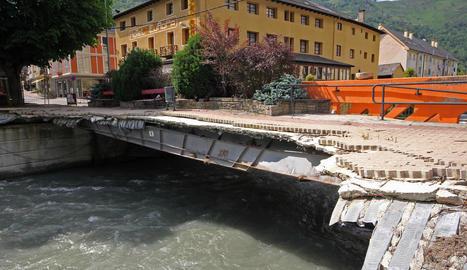 Així va quedar el pont sobre la Garona a Les després de la riuada.