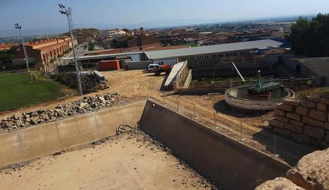 La pista, en primer terme, es construeix sobre el vell dipòsit.