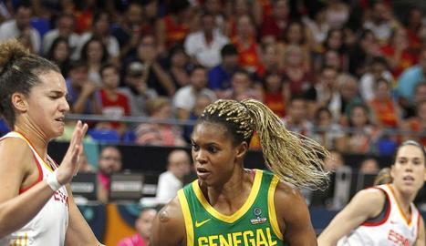 Nichols defensa davant de la senegalesa Aicha Sidibe.