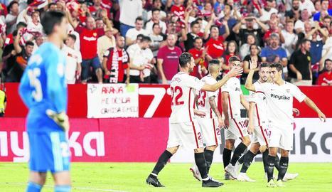 Els futbolistes del Sevilla celebren el tercer gol, obra de Ben Yedder.