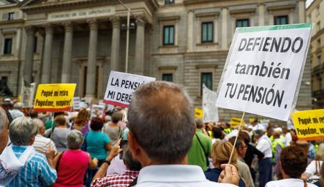 Concentració de pensionistes davant del Congrés dels Diputats, ahir.