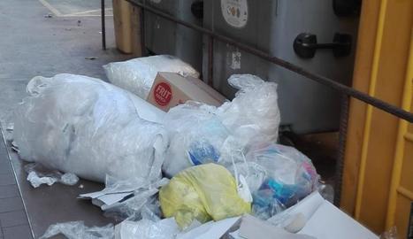 Els residus que es van deixar fora del contenidor a Tàrrega.