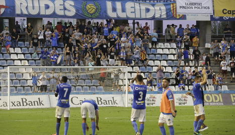 Els jugadors del Lleida saluden l'afició diumenge passat.