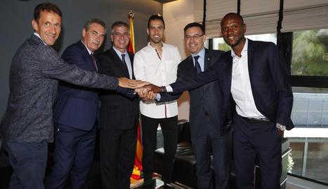 Sergio Busquets, després de l'acord de renovació. A l'esquerra, el lleidatà Ramon Planes.
