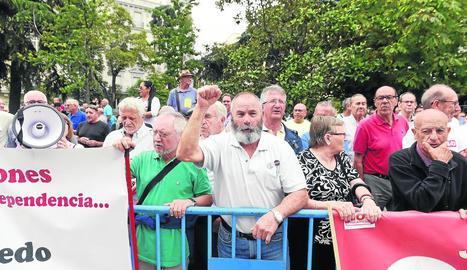 Pensionistes protestant dimecres a les portes del Congrés dels Diputats.