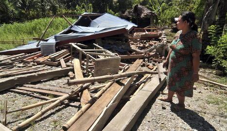 Un tsunami fueteja dos ciutats d'Indonèsia després d'un terratrèmol de 7,5 graus