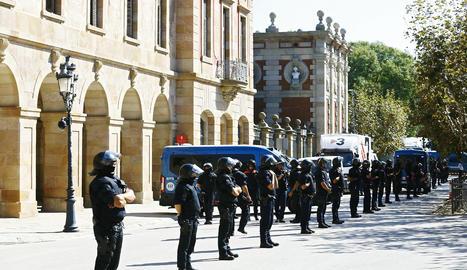 Mossos d'Esquadra davant del Parlament de Catalunya.