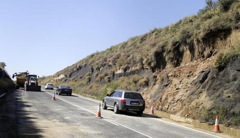 Imatge de les màquines treballen per netejar la carretera C-12 a l'altura de Menàrguens.