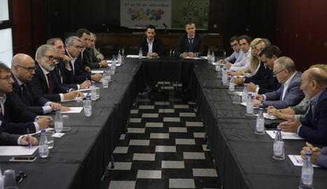 Trobada entre una vintena d'alcaldes de la Franja amb Larrosa.