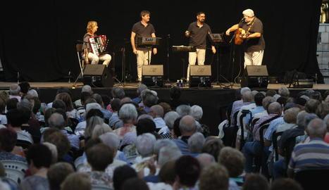 Danses populars i música pels carrers de Lleida.