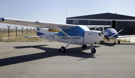 Imatge de les avionetes de BAA Training a les instal·lacions de l'aeroport d'Alguaire.