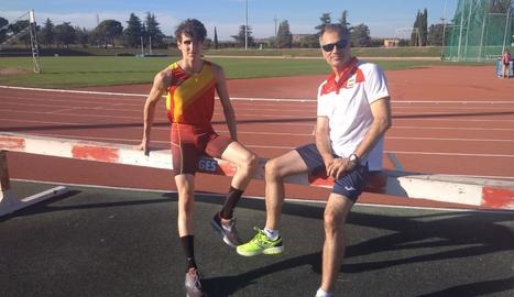 Bernat i Quim Erta, ahir a les pistes d'atletisme de les Basses, amb l'equipament de la selecció.
