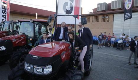 Torra va complir la tradició de la Fira de Sant Miquel i va pujar a un tractor, amb la resta d'autoritats.