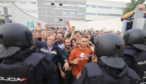 Malgrat que hi havia centenars de persones concentrades davant de l'Escola Oficial d'Idiomes, els agents de la Policia Nacional es van obrir pas per força trencant el reixat.