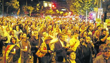 Multitudinària manifestació amb llums per demanar la llibertat dels presos a Lleida.
