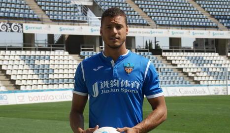 Tano Bonnín pentina la pilota perquè la rebi Pedro Martín i anoti el gol de l'empat.